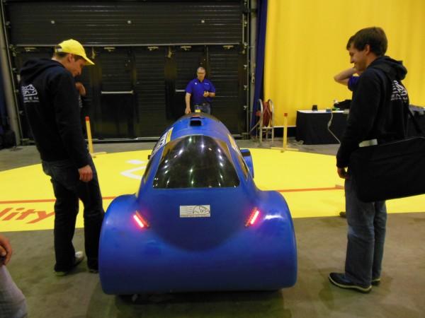 Le test des optiques de la voiture.